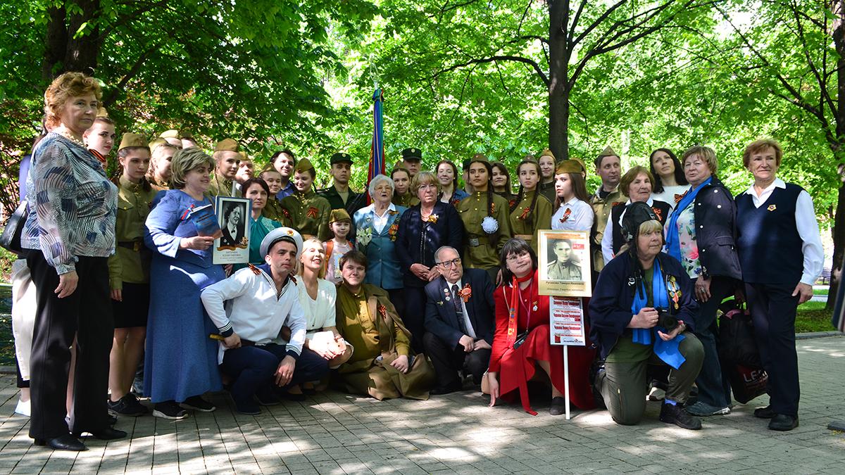 9 мая 2019 г. студенты и преподаватели МПЭК поздравили ветеранов ВОВ в Александровском Саду