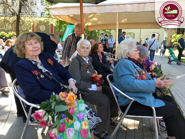 «Молодежный десант – волонтеров МПЭК» встретил ветеранов в городском саду «Эрмитаж»!