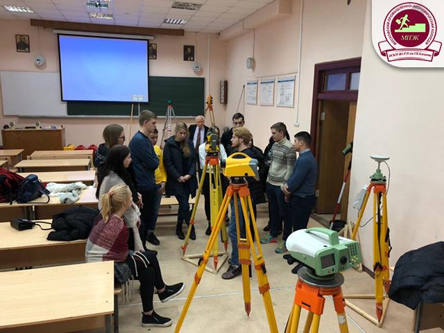 Студенты гр. 3-21 на мастер-классе «Современные электронные приборы и методы геодезических измерений»