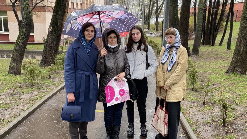 Cтуденты МПЭК колледжа Анна Башлакова, Медина Имиева, Анна Степанова прибыли на устный экзамен ЕГЭ (24.04.2021)